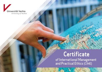 "Eine Hand zeigt mit ihrem Zeigefinger auf einen Globus. Darüber steht in einer lilafarbenen Bauchbinde ""Certificate of International Management an dPractical Ethics (CIME)"""